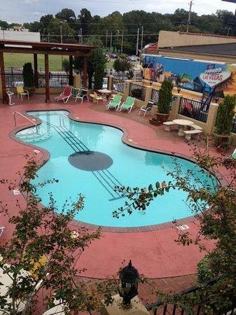Days Inn Memphis at Graceland: pool and mural