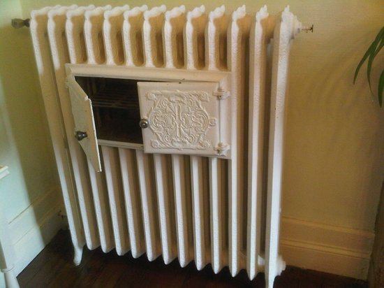 Le Clos d'Argenson : A warming grill in the dining room radiator !