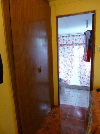 Ana Rapu Guest House: vista de baño desde habitacion