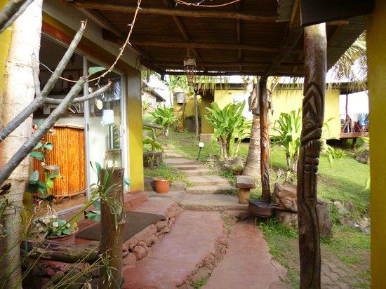 Ana Rapu Guest House: subida para salir de residencial.