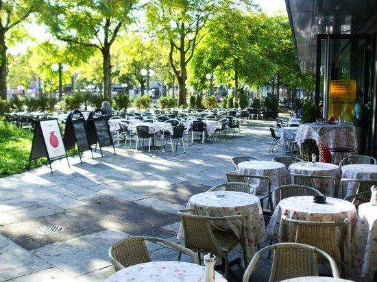 Schwamendingerplatz: Sidewalk seating