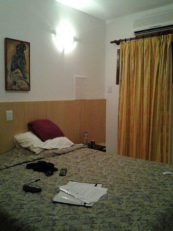 Pousada Recanto dos Passaros: Quarto razoável, cama box e ar.