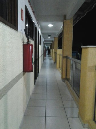 Pousada Recanto dos Passaros: Aptos para corredores abertos geram barulho.
