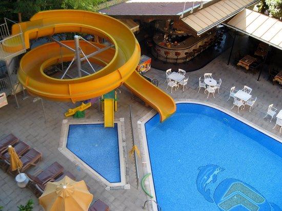 Fatih Hotel Kleopatra: Pool and bar area