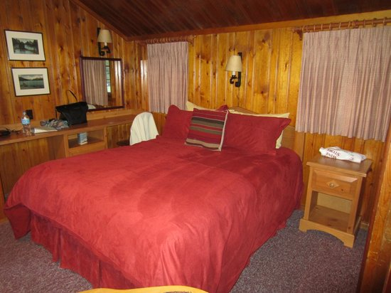 Alpine Village Cabin Resort - Jasper: Comfy bed!