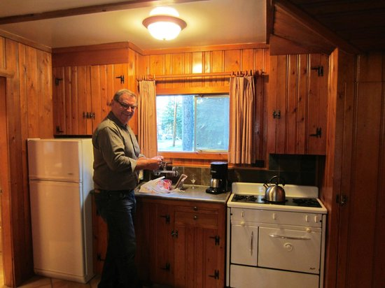 Alpine Village Cabin Resort - Jasper: Making a nice meal!