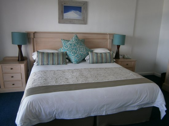 Arniston Spa Hotel: Huge comfy bed - lovely!