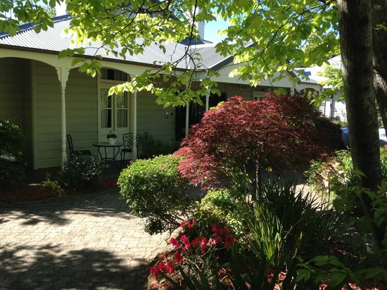 Greens of Leura: Being greeted by beautiful gardens