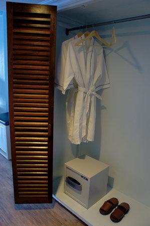 Blue Ocean View Hotel: closet