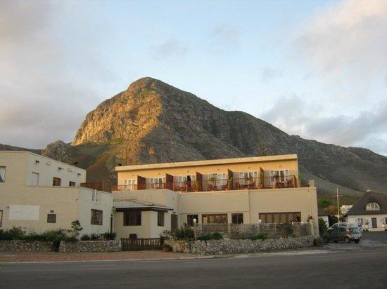 Baleens : Vista do hotel e montanha ao fundo