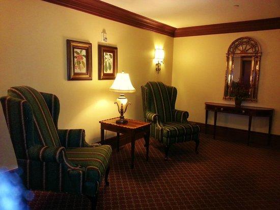 Bay Landing Hotel: Furniture in front of elevators in our floor