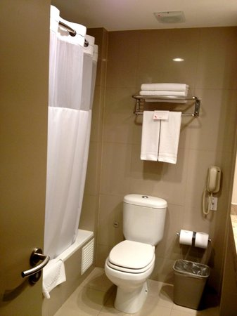Atton San Isidro: Clean bathroom