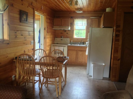 Caribou Cabins: Cabin 3 - Kitchen/Dining
