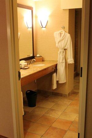 Sheraton Grand at Wild Horse Pass: into bathroom