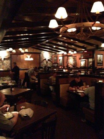 LongHorn Steakhouse: Dining room area