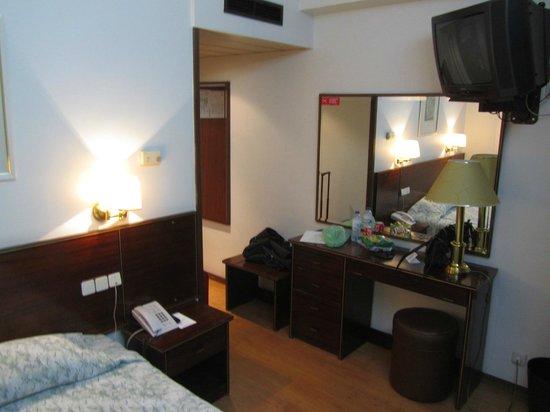 VIP Inn Berna Hotel: Quarto pequeno e antigo!