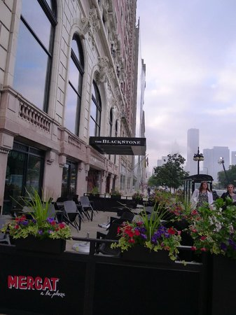 Mercat a la Planxa: View of the outdoors dining area on Michigan Avenue