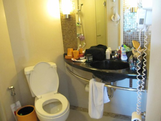 ibis Bangkok Sathorn: Bathroom