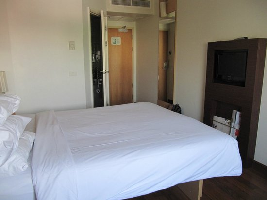 ibis Bangkok Sathorn: Bedroom Area with TV