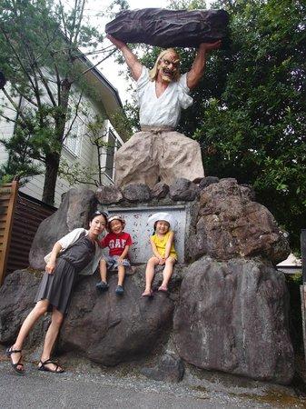 Amano Iwato Shrine: 天岩戸神社神社の駐車場奥にある天手力男神の像