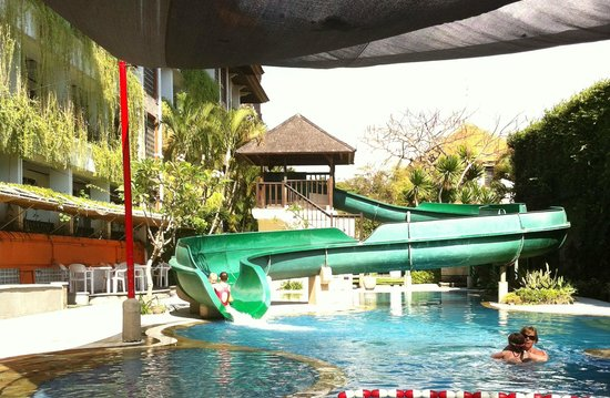 Sanur Paradise Plaza Suites: Waterslide leading into the kids pool