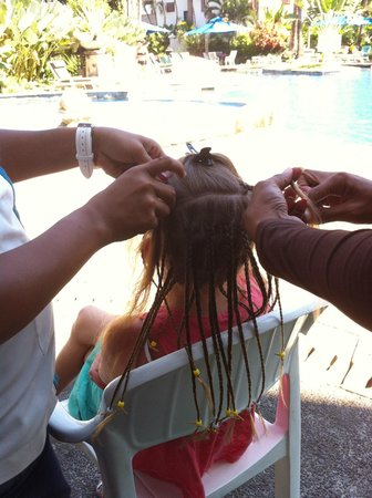 Sanur Paradise Plaza Suites: Hair braiding by the main pool