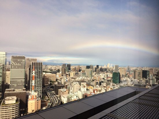Mandarin Oriental, Tokyo: Beautiful rainbow after a night of scattered showers. Room 3005 view.
