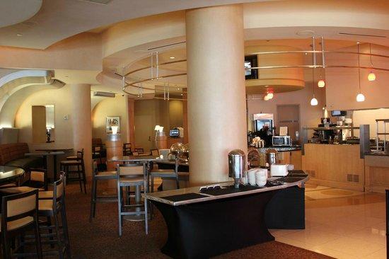 Hyatt Rosemont: 一階にあるレストラン 此処で朝食も