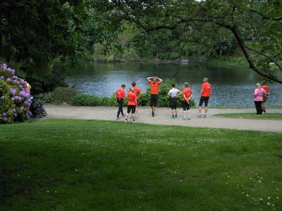 Oerstedsparken: grupo de corredores