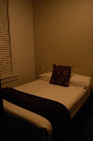 The Metro Hotel: bed