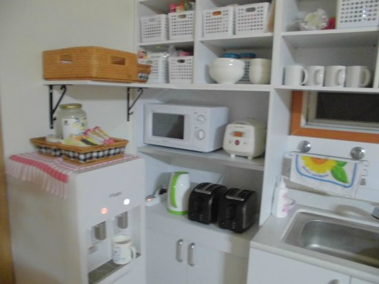 Cozzzy Guesthouse: kitchen