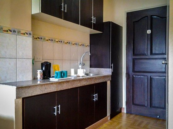 Leesons Residences : There's a kitchenette with kettle.