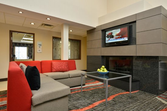 Holiday Inn Express Milford: Relax in our modern lobby