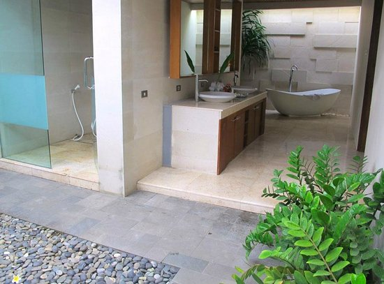 Kunti Villas: specious bathroom