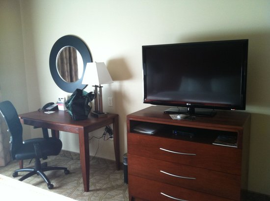 Holiday Inn Roswell: TV and desk
