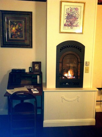 Weaverville Hotel & Emporium : The propane fireplace made the room very cozy.
