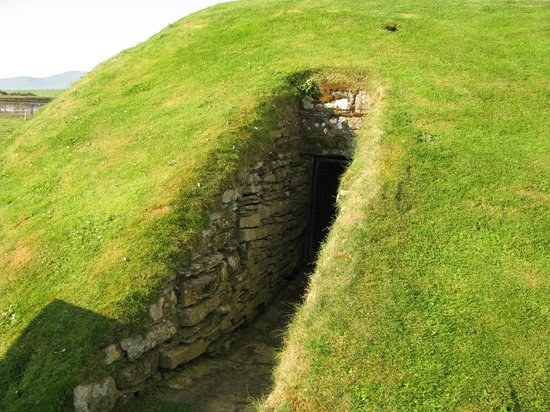 Orkney Aspects Tours: Outside the entrance to Unstan Cairn