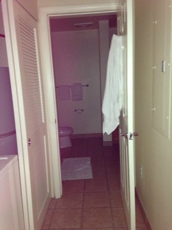 Tahiti Vacation Club: entrance to bathroom from hallway, washer & dryer on left side