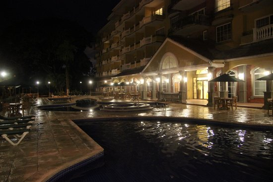 Country Inn & Suites By Carlson, Panama Canal, Panama: Pool at night