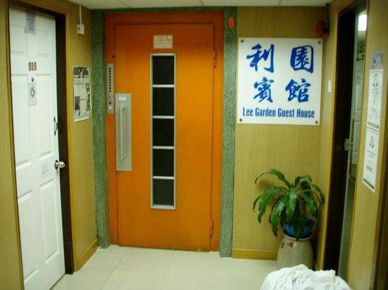 Lee Garden Guest House: elevator entrance
