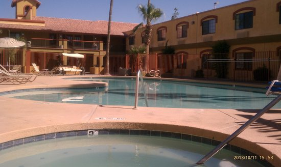Quality Inn & Suites Goodyear: Pool and hot tub