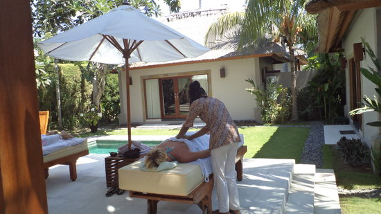 Villa Sasoon: Pool side body treatment
