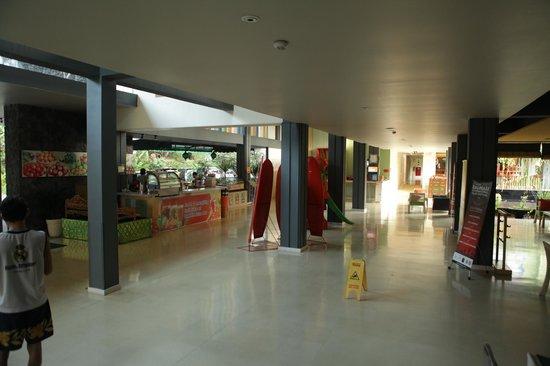 HARRIS Resort Kuta Beach: Area lobby dan harris bar