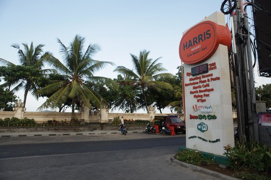 HARRIS Resort Kuta Beach: Posisi jalan masuk menuju hotel tepat di seberang Pantai Kuta