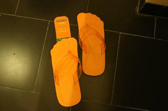 HARRIS Resort Kuta Beach: Sandal kamar yang lucu dan bagus