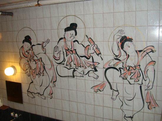 Ryokan Onuma : 内湯の幻想的なタイル画