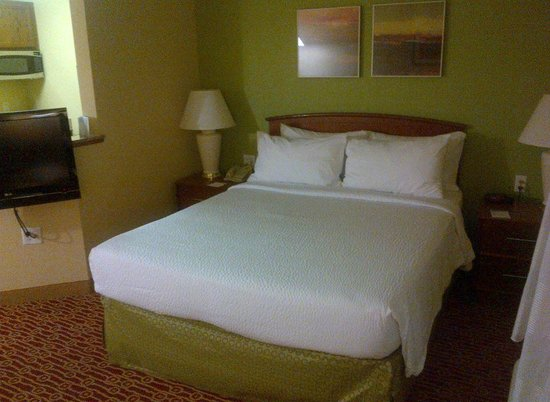 TownePlace Suites Houston Northwest: Queen bed, tables and lamps on both sides