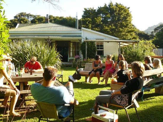 The Innlet Backpackers and Cottages : Enjoying a beer in the sunshine
