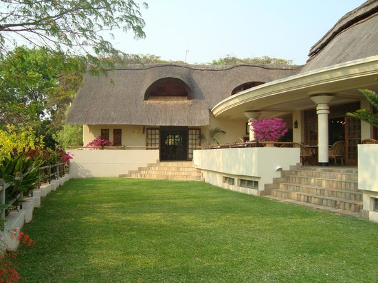 Ilala Lodge: Lovely thatched roof buildings