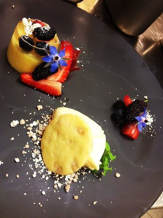 Balthazar Bar Restaurant: Mango, berries, champagne jelly, white chocolate shortbread